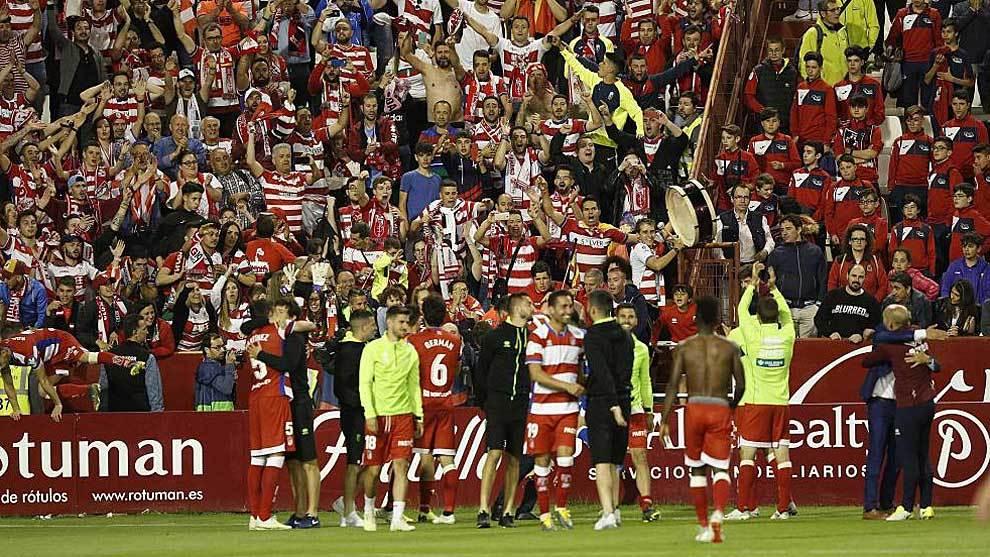 Los jugadores del Granada celebran con su afición el triunfo en...