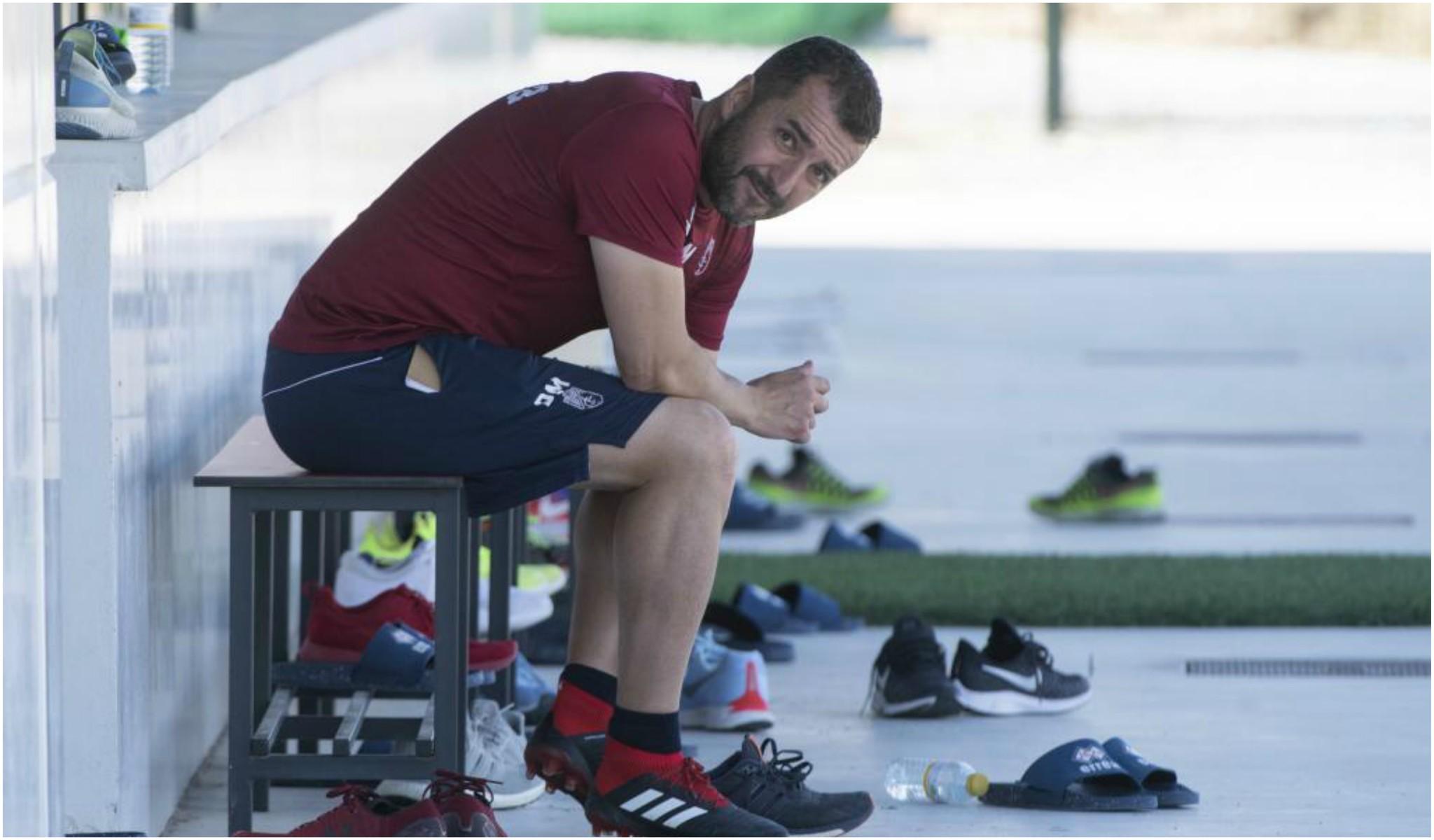 Diego Martínez, sentado en el banquillo tras finalizar un...