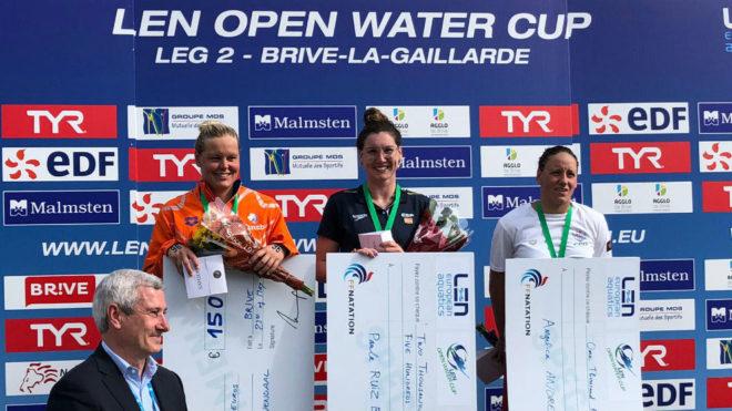 Paula Ruiz en el podio, y a la izquierda, Sharon van den Rouwendaal