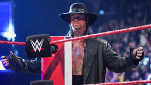 Undertaker sube al ring.