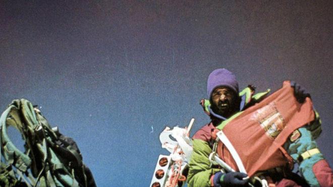 Juanito Oiarzabal en la cima del Everest tras su primera ascensión en...