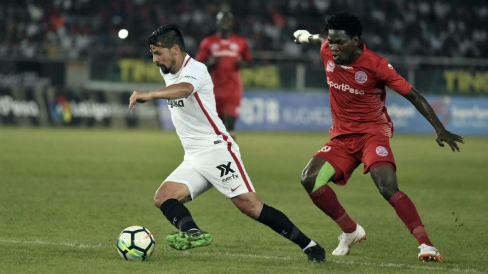 Nolito (32) se lleva el balón ante un jugador del Simba SC.