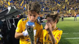 Los nietos de Batocletti sujetan el trofeo del Clausura 2019.