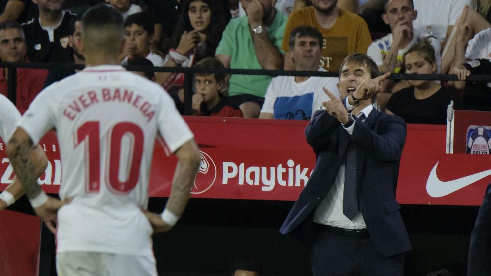 Lopetegui da instrucciones a sus jugadores en un Sevilla-Madrid, con Banega cerca.