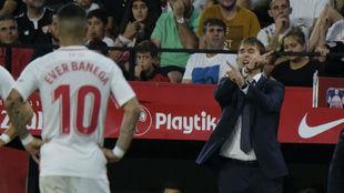 Lopetegui da instrucciones a sus jugadores en un Sevilla-Madrid, con...
