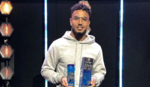 Etinof recibe su premio por ser elegido en el once ideal de la...