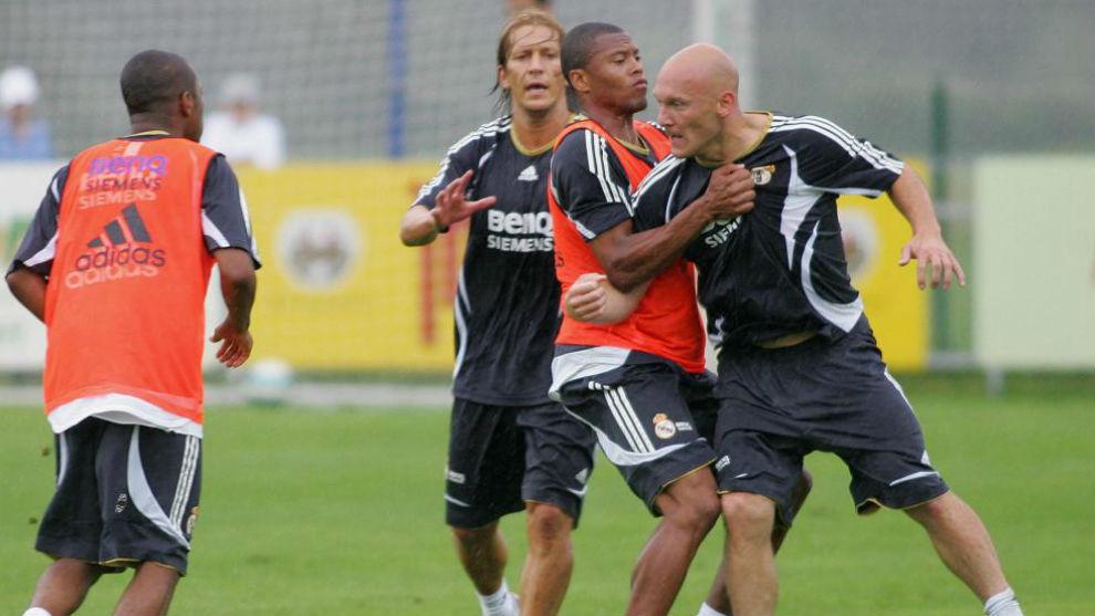 Gravesen, sujetado por Baptista, va a por Robinho en aquella pretemporada de 2006.
