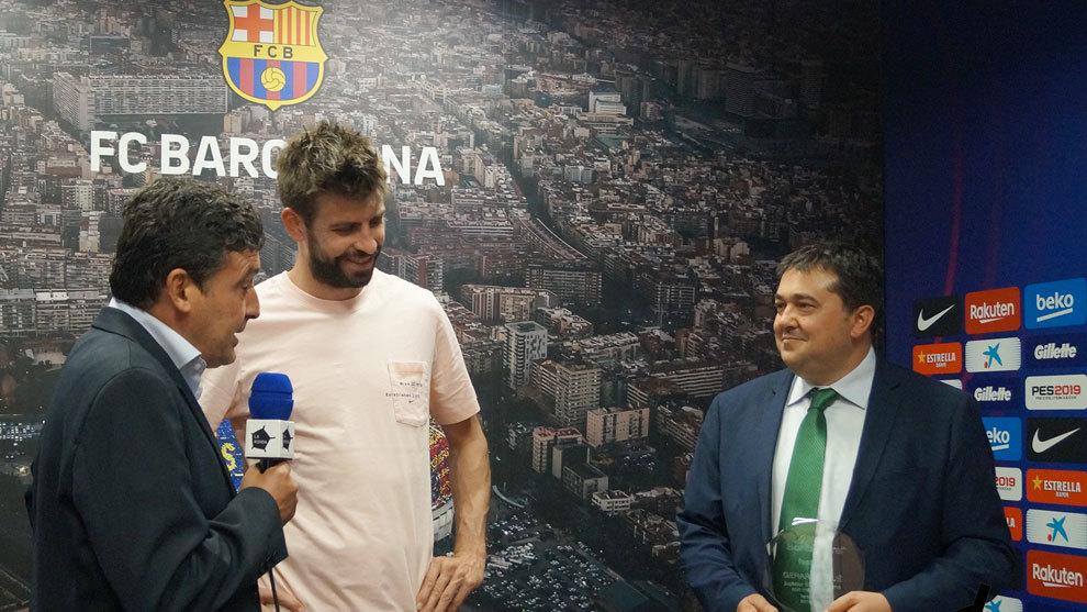 Gerard Pique receives the prize from Julian Hidalgo