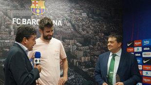 Piqué recibe el premio de Julian Hidalgo, delegado de Soria Natural...