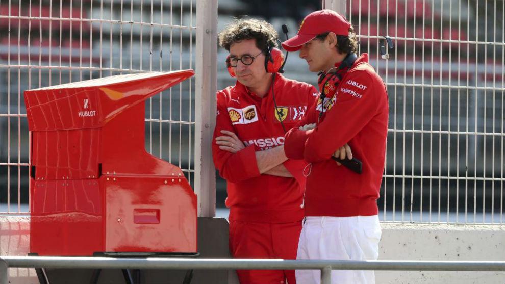 Mattia Binotto y el consejero de Ferrari, John Elkann, en los test de invierno de 2019.