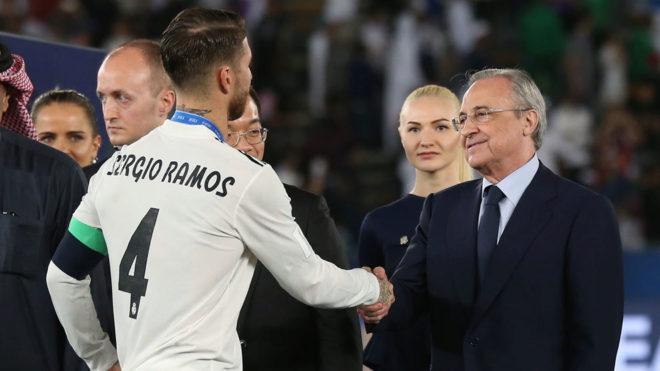 Sergio Ramos y Florentino Pérez se dan la mano tras la final del Mundial de Clubes.