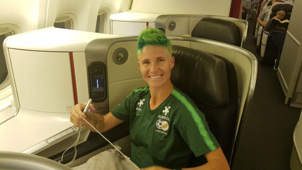 Janine Van Wyk, capitana de Sudáfrica, en el avión rumbo a París.