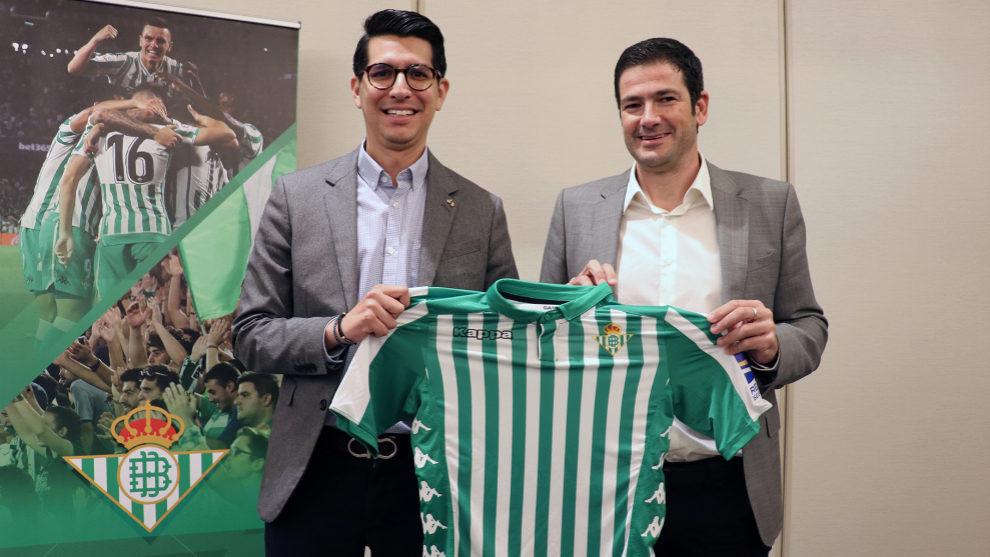 El consejero del Betis, Ramón Alarcón, a la derecha.