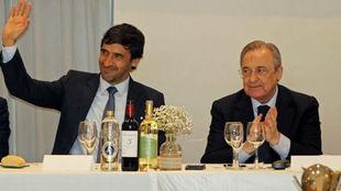 Raúl González junto a Florentino Pérez, en la peña Ramon Mendoza