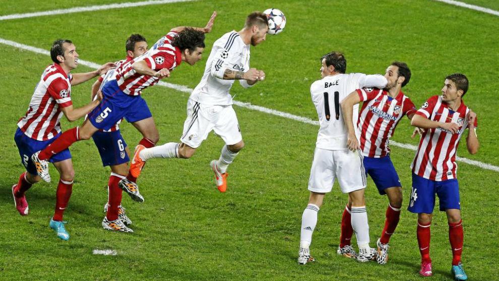 Ramos remata de cabeza el córner de Modric en Lisboa.