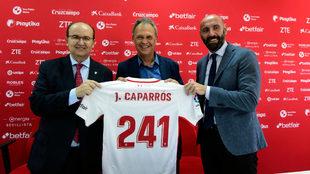 Castro, Caparrós y Monchi posan en la despedida del entrenador.