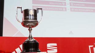 La Copa del Rey, expuesta en la RFEF, durante un sorteo.