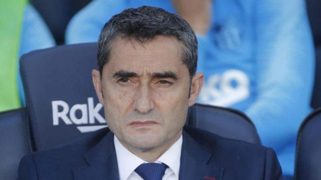 Valverde, con gesto serio, en el banquillo del Barcelona /