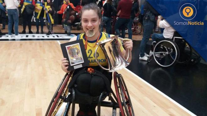 Sara Revuelta posa con la Copa del Rey 2019 que ha conquistado con el...