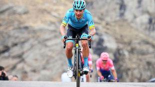 Miguel Ángel López llegando a la meta de la 13ª etapa del Giro de...