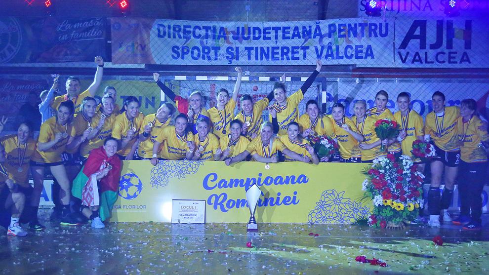 La plantilla del Ramnicu Valcea celebra el título de Liga /