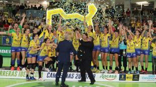 El presidente de la Federación Española  entrega el trofeo de...