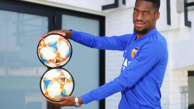 Kondogbia posa para MARCA con dos balones simulando el número 8.