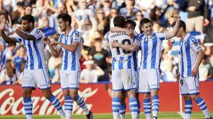 Varios jugadores realistas celebran el tanto de Barrenetxea al Real...