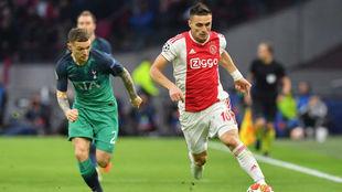 Tadic y Trippier durante el Ajax vs Tottenham.