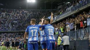 Los jugadores del Málaga celebran un gol con su afición.