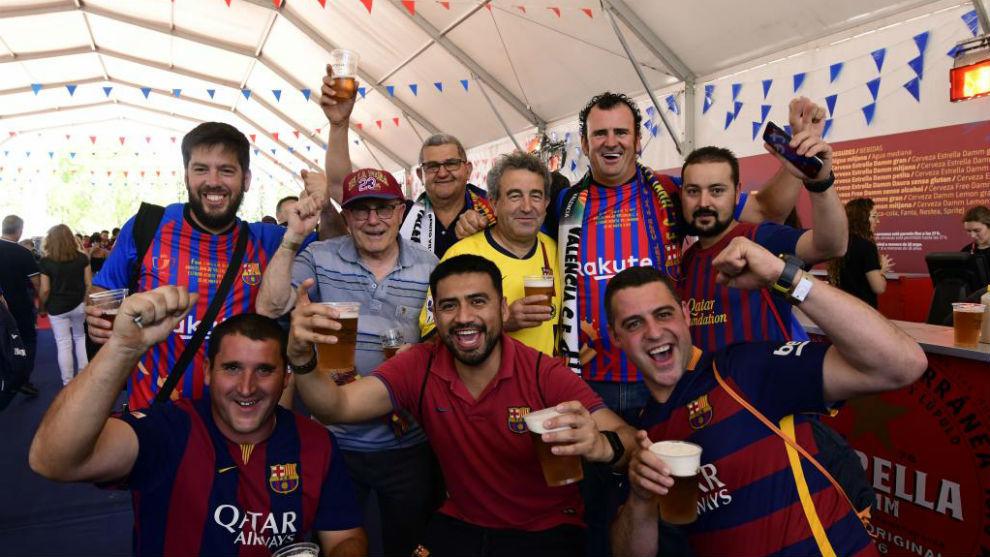 Aficionados del Barça, en la Fan Zone