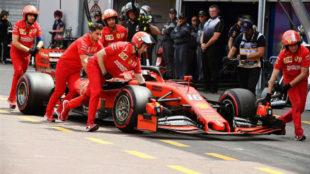 Los mecánicos de Ferrari empujando a leclerc tras saltarse el pesaje.