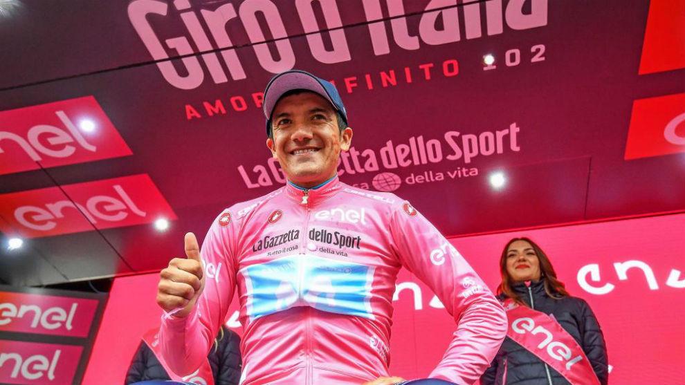 Carapaz celebrando en el podio su liderato en el Giro.