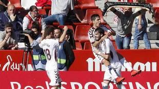 Eugeni celebra con Tejero, subido en él, y Álvaro Peña el primer...
