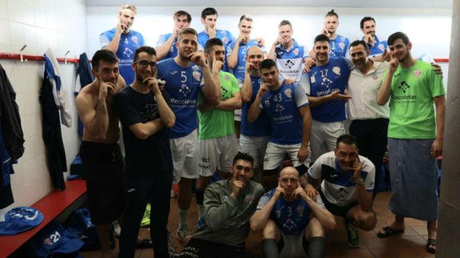 La plantilla del Atlético Valladolid celebran la victoria en...