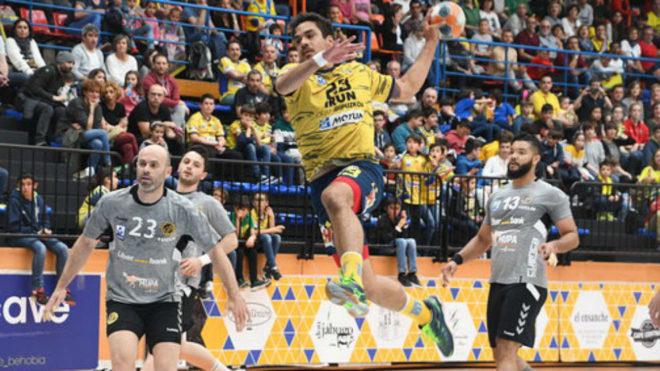 El lateral derecho chileno Rodrigo Salinas lanza ante el Cuenca /
