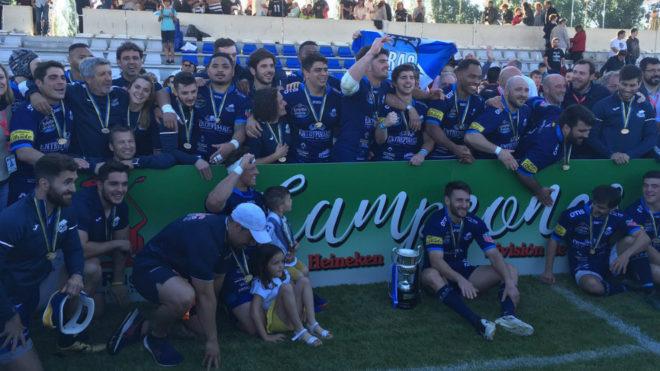 Los jugadores del VRAC Quesos Entrepinares posan con el trofeo...
