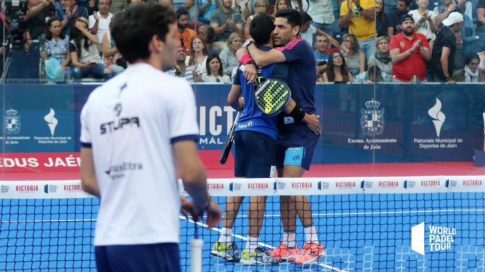 Sanyo y Maxi se abrazan después de su victoria