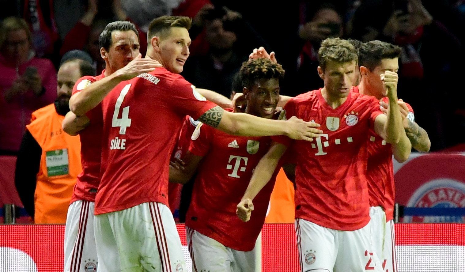 Berlin (Germany), 25/05/2019.- (L-R) Bayerns Mats Hummels, Bayerns Niklas Suele, Bayerns Kingsley Coman, Bayerns Thomas Mueller and Bayerns Robert <HIT>Lewandowski</HIT> celebrate Comans 0-2 goal during the German DFB Cup final soccer match between RB Leipzig and FC Bayern Munich in Berlin, Germany, 25 May 2019. (Alemania) EFE/EPA/CLEMENS BILAN CONDITIONS - ATTENTION: The DFB regulations prohibit any use of photographs as image sequences and/or quasi-video
