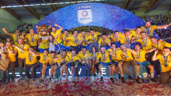 El 'Spanish' Kielce, celebrando la consecución del título de Liga...