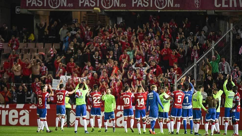 Los jugadores del Granada celebran uno  de los 11 triunfos logrados en...