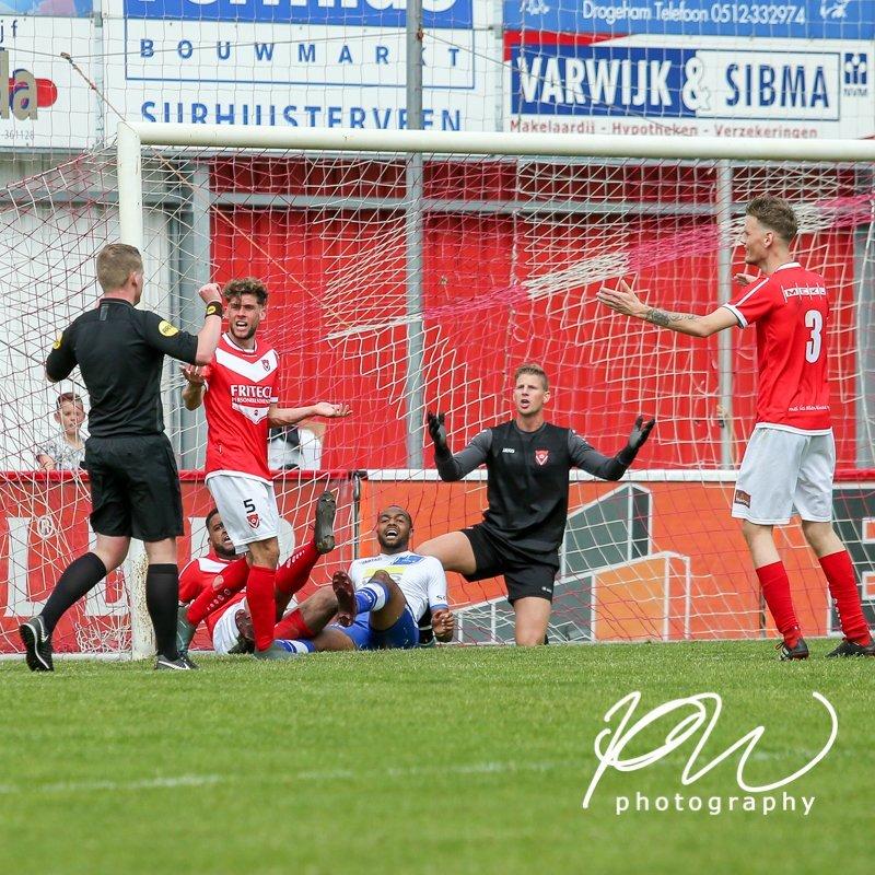 Increíble gol del árbitro en el fútbol holandés