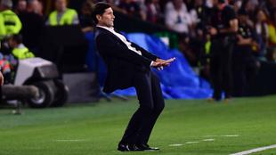 Marcelino pide calma en un momento de la final contra el Barcelona.