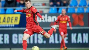 Andreas Skov Olsen, la nueva perla danesa, golpea el balón.