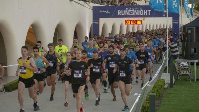 Cientos de corredores toman la salida en la carrera