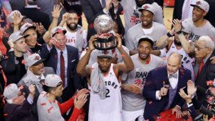 Kawhi Leonard levanta el trofeo de campeón de la Conferencia Este