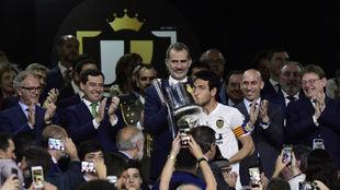 Parejo besa la Copa del Rey tras recogerla.
