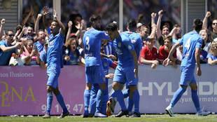 Los jugadores del Fuenlabrada celebran uno de los tres goles.
