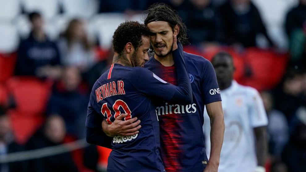 Cavani y Neymar se abrazan en el PSG.