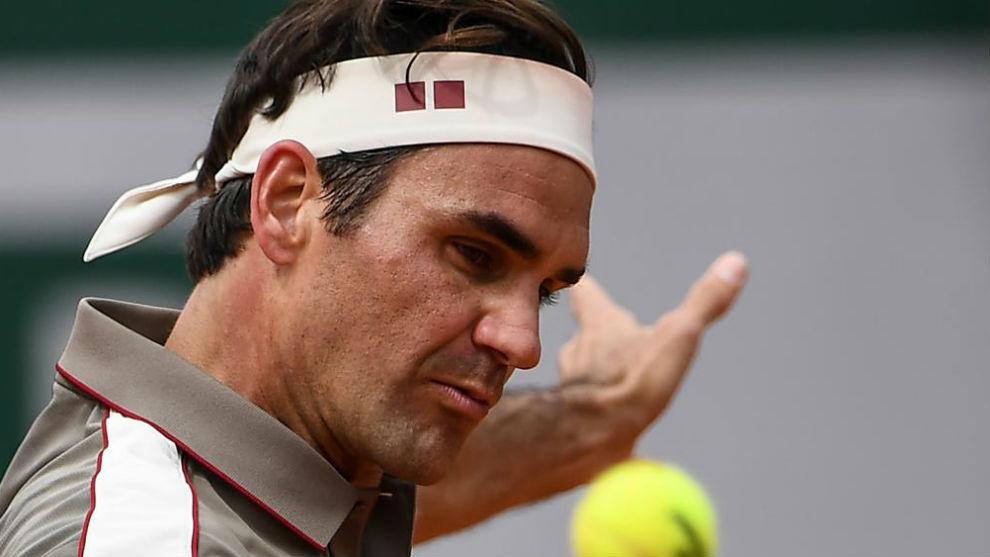 Federer corta la pelota